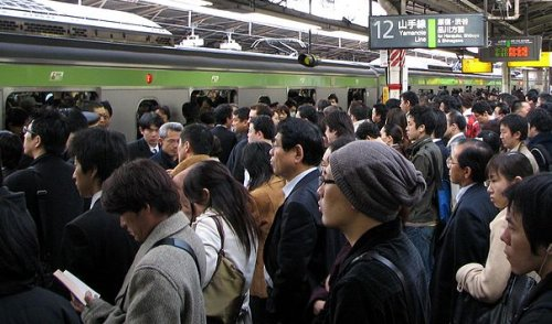 commuters-waiting-to-board-a-yamanote-line-train